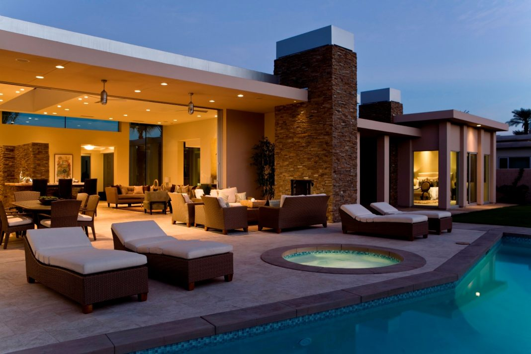 Swimming pool in a ravishing luxury home - Housome